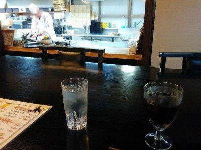 目の前で調理してる板前が見られるテーブル席