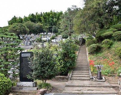 墓地への階段