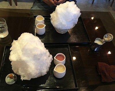 カキ氷がテーブルに届いたところ