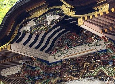 社殿の煌びやかな装飾と彫刻