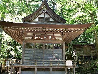 神楽殿と祭器庫