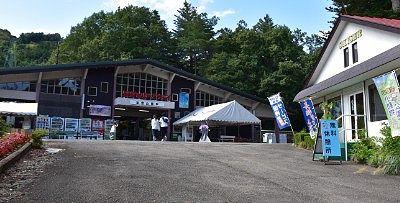 山麓駅と無料休憩所