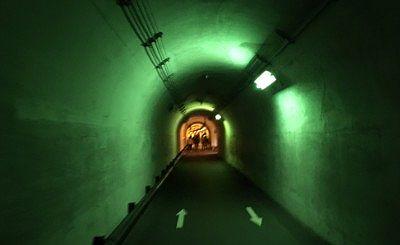 緑色照明のトンネル内