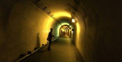 黄色照明のトンネル内