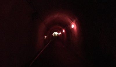 薄暗いトンネル内の様子