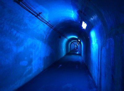 青い照明のトンネル
