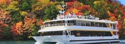 中禅寺湖遊覧船と紅葉