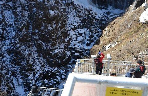 冬のエレベーターに乗った先の観瀑台の様子