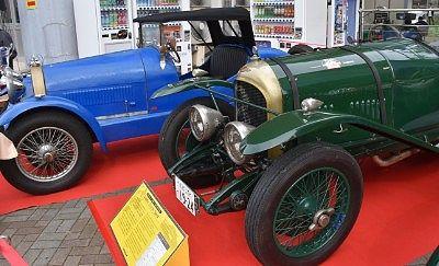 1927年型ブガッティT38(青色)と1929年型ベントレースピード3.0