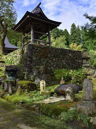 苔と石仏と鐘楼
