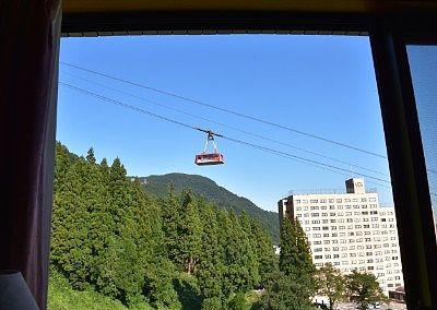 部屋の窓から見える湯沢高原ロープウェイのゴンドラ