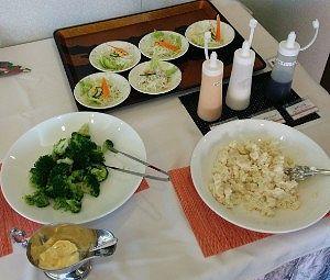 ポテトサラダ、ブロッコリーなどサラダ