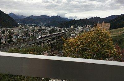 露天風呂から見えた新幹線