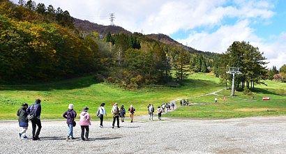 徒歩で山麓駅を目指す人たち