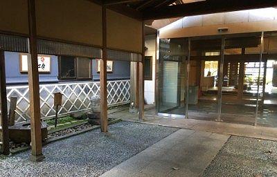 豆腐工場とホテル入口