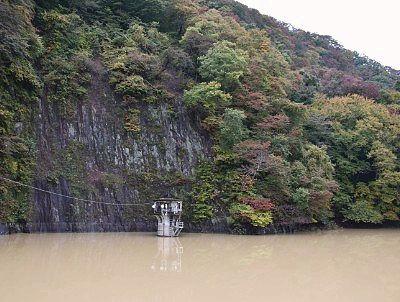ダム壁前の赤谷湖の様子
