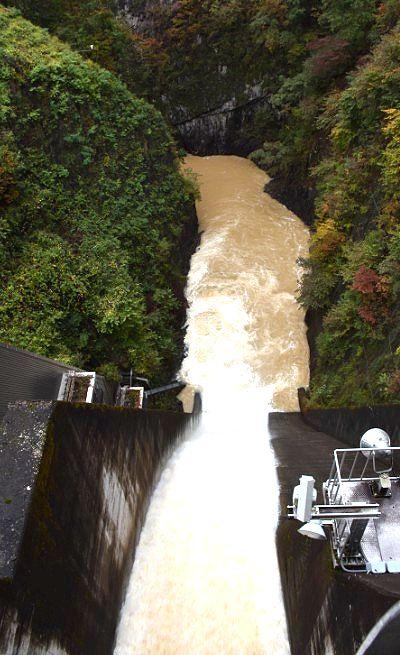 放水中のダム