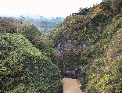 ダム湖と反対方向の渓谷の景色