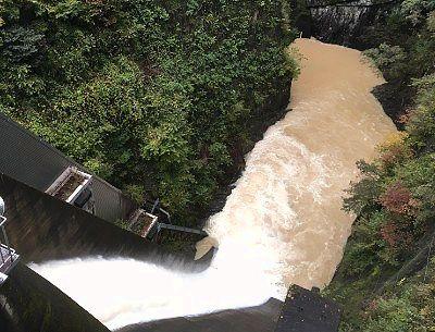 相俣ダム放水の様子