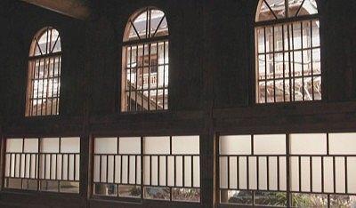 アーチ型の窓