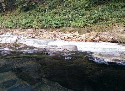 露天風呂と渓流が一体感となってる