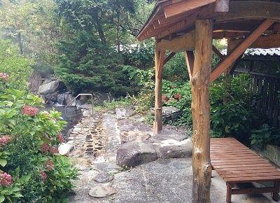 露天風呂と東屋の休憩所
