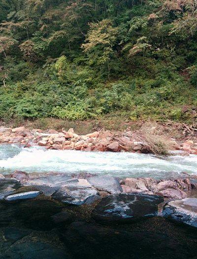 温泉に入りながらの川の景色