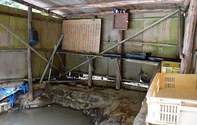 湯小屋の脱衣スペース