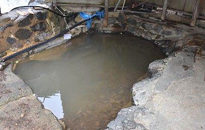 湯小屋の露天風呂の様子