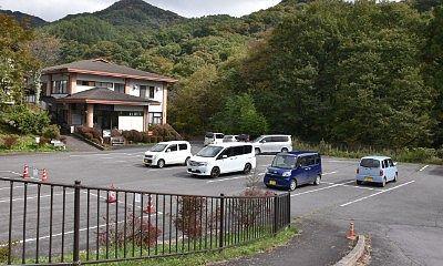 温泉施設前駐車場の様子