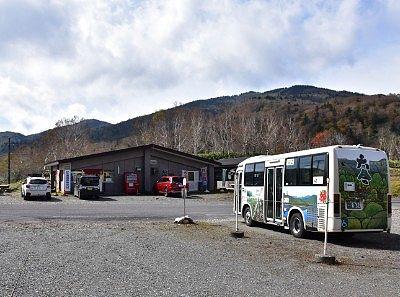 バス停とお店