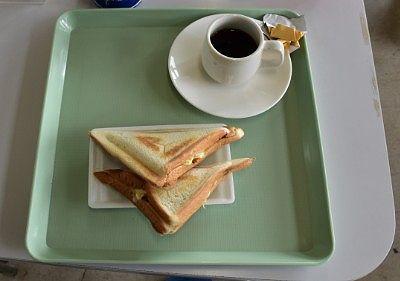 ニジマスカツサンドとホットコーヒー