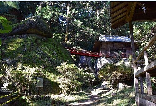 大岩の上に建ってる社殿