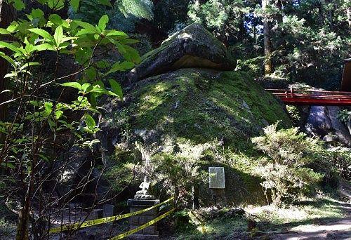 胎内くぐりの大岩