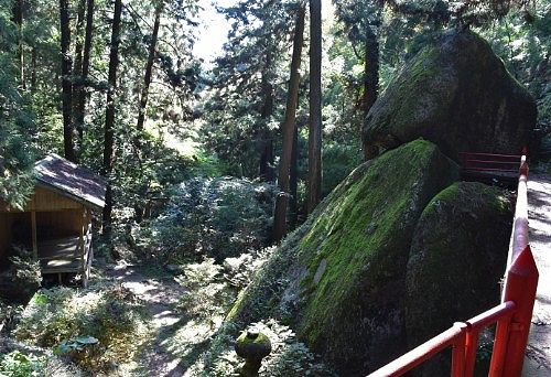 社殿から見た神楽殿と大岩