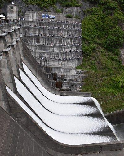 ダム横からの放流写真