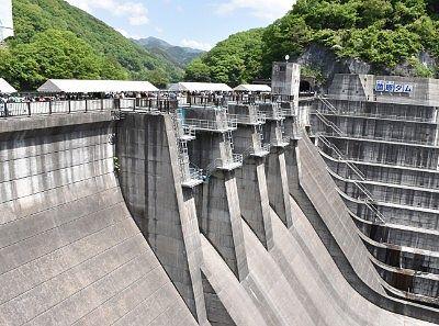 放流前の薗原ダムのコンクリート壁
