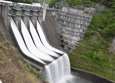 放流中の薗原ダム