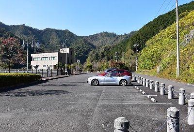 松田川ダム管理事務所前の無料駐車場