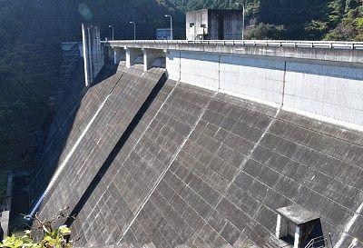 ダムのコンクリート壁