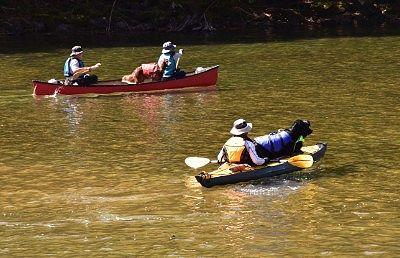 菅沼でカヌーを楽しむ人たち