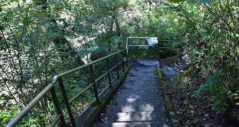 晴れた日の遊歩道の階段の様子