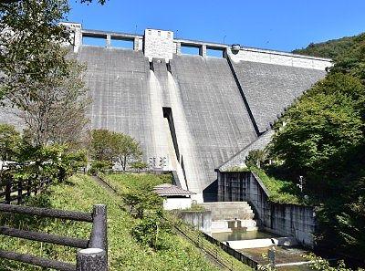 四万川ダムのコンクリ壁