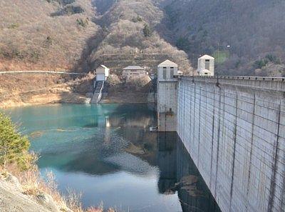 奥四万湖とダム壁