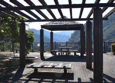 赤沢やすらぎ広場のベンチやテーブルの様子