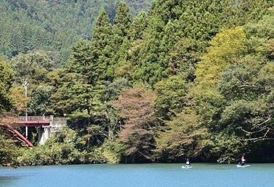 四万湖でカヌーをしてる人たち