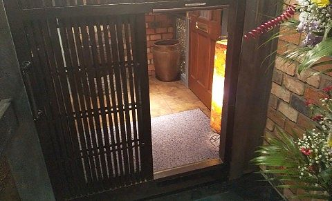 茶屋草木万里野桐生店の入口の扉
