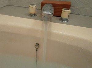 お風呂にお湯を入れてる