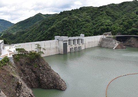 2020年7月、やんば見放台から見た八ッ場ダムと八ッ場あがつま湖