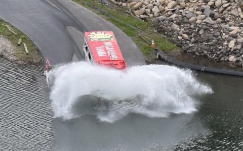 水陸両用バスが入水する場面